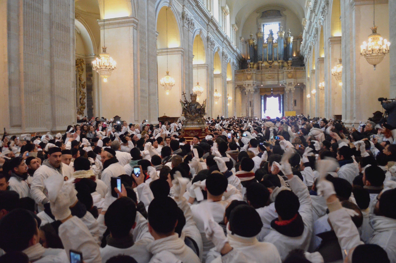 Il busto reliquiario è riportato dentro la cattedrale dopo la processione nell'onore di sant'Agata